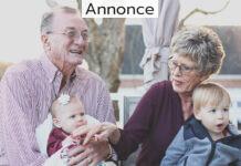 Et ældre par med to babyer