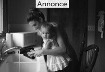 En lille pige og en mor som vasker hænder