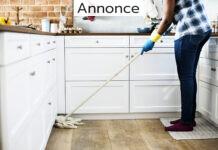 kvinde vasker gulv i køkkenet